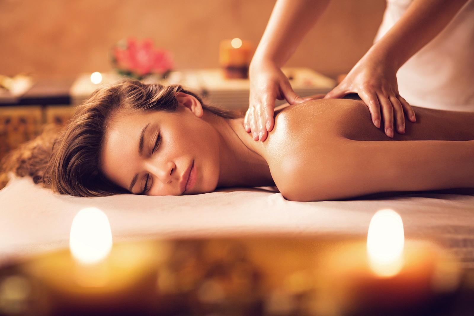 kobieta na masażu w SPA